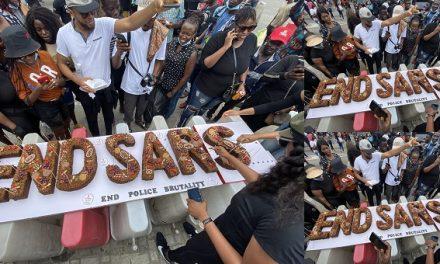 #ENDSARS: Protesters bake cake at Lekki Toll Gate, Lagos.